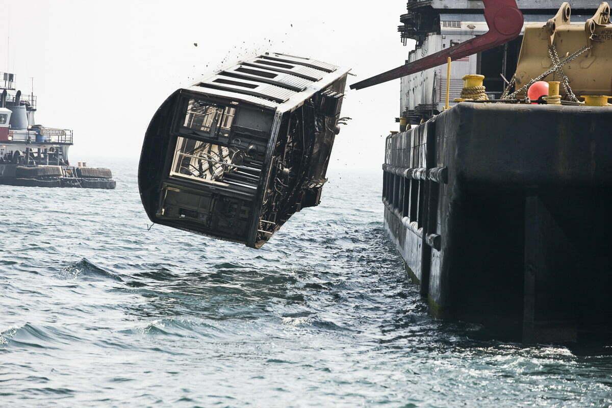 Recifes artificiais, imagem de vagão de metrô jogado no mar