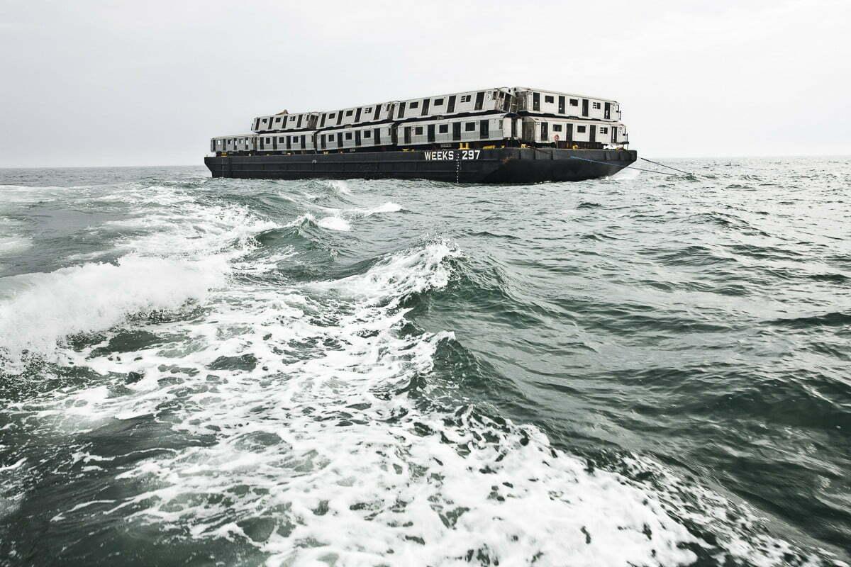 Recifes artificiais, imagem de balsa com vagões de metrô