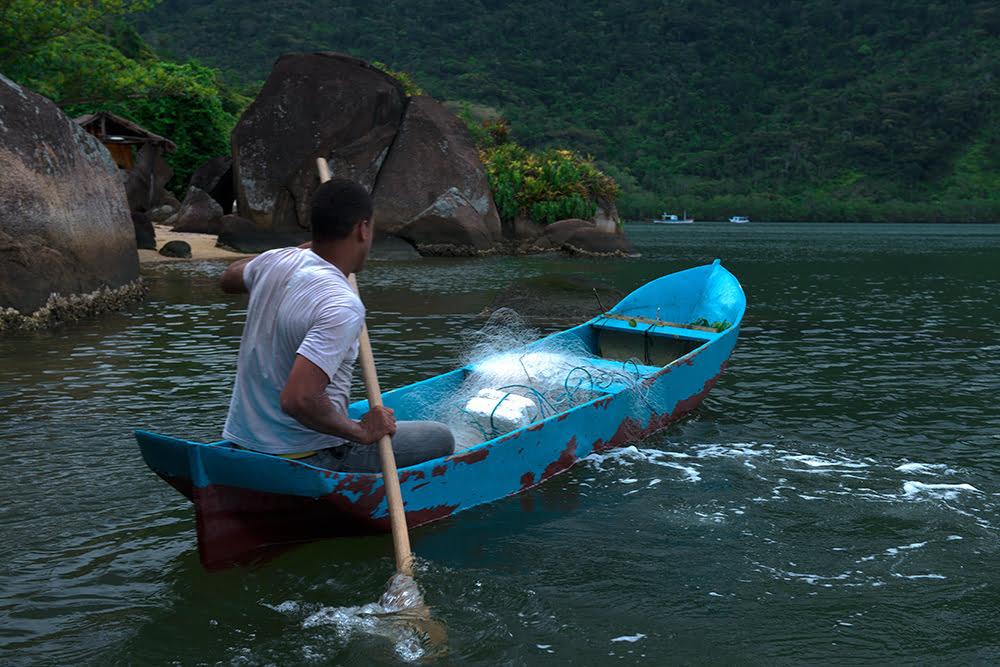 um-pescador-em-canoa-APA de Cairuçu