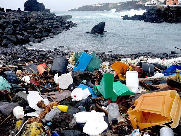 imagem de praia com lixo plástico