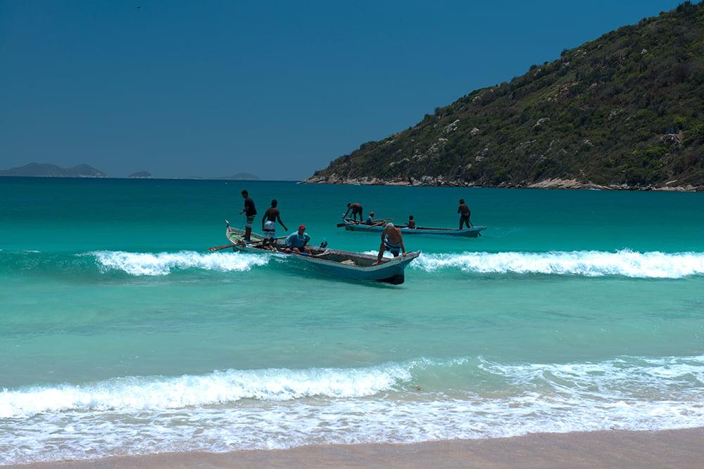 Resex Arraial do Cabo, Rio de Janeiro, imagem de -canoa-na-arrebentação