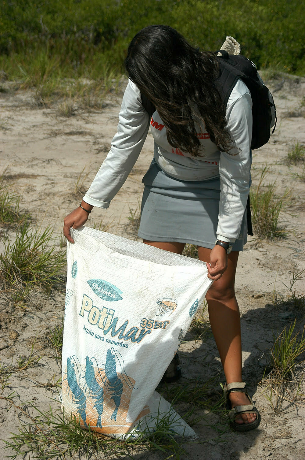 como faze-la sem prejudicar ainda mais a vida marinha, imagem de moça-e-ração-para-camarões-Bahia