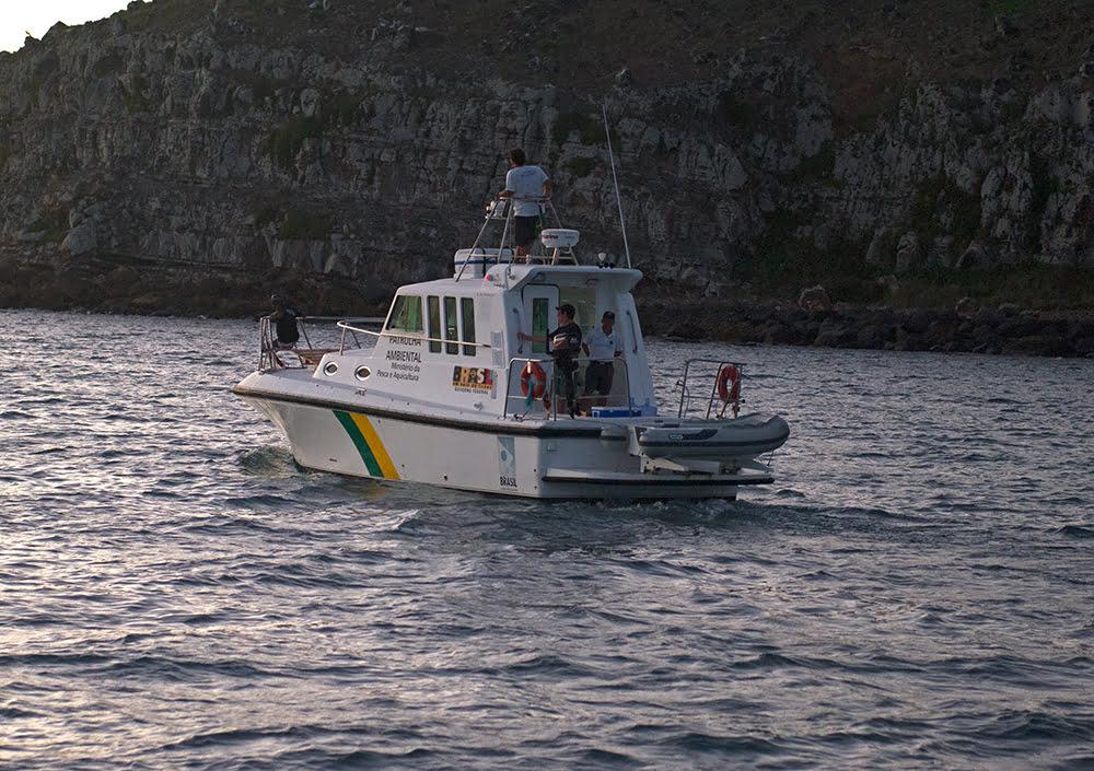 a-lancha-do-icmbio no Parque Nacional Marinho dos Abrolhos