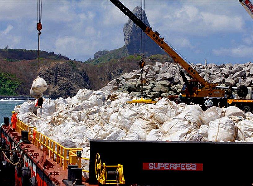 Fernando de Noronha: esgoto vaza e interdita praia, imagem de lixo em fernando de noronha