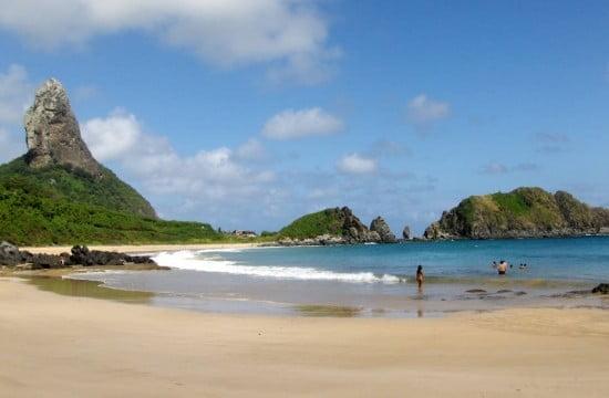 Esgoto vaza e interdita praia em Noronha