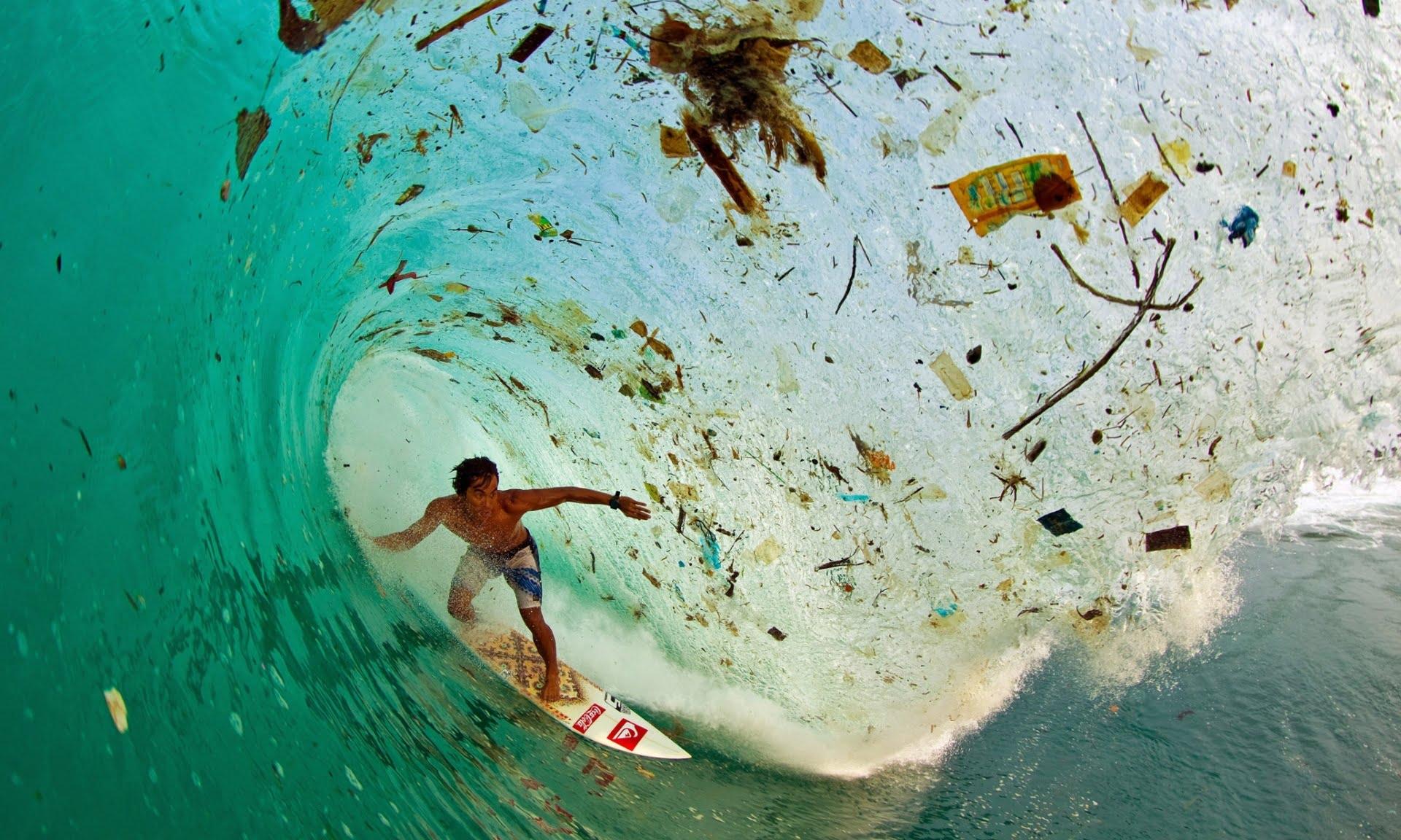 Superpopulação e super consumismo, nossa triste realidade, imagem de onda cheia de lixo