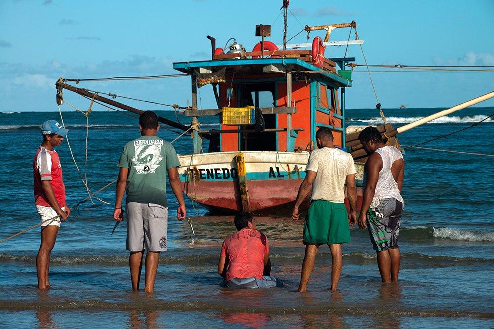APA de Paiçabuçu, imagem de pescadores na praia do peba