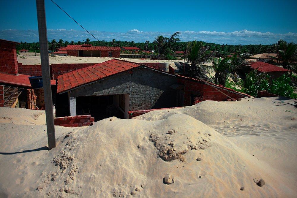 Resex Batoque, imagem de dunas soterrando casas na Resex Batoque