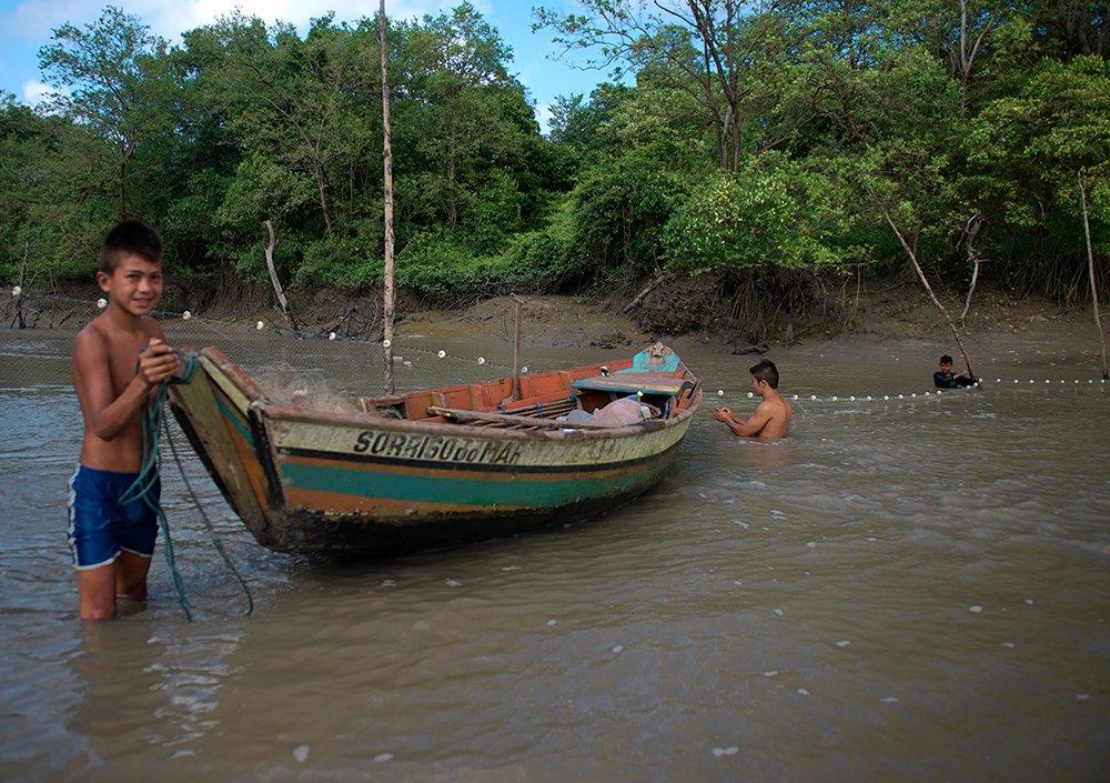 Resex Caeté Taperaçu, imagem de pescadores armando rede