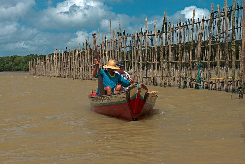 Resex Caeté Taperaçu, imagem de pescadores em canoa