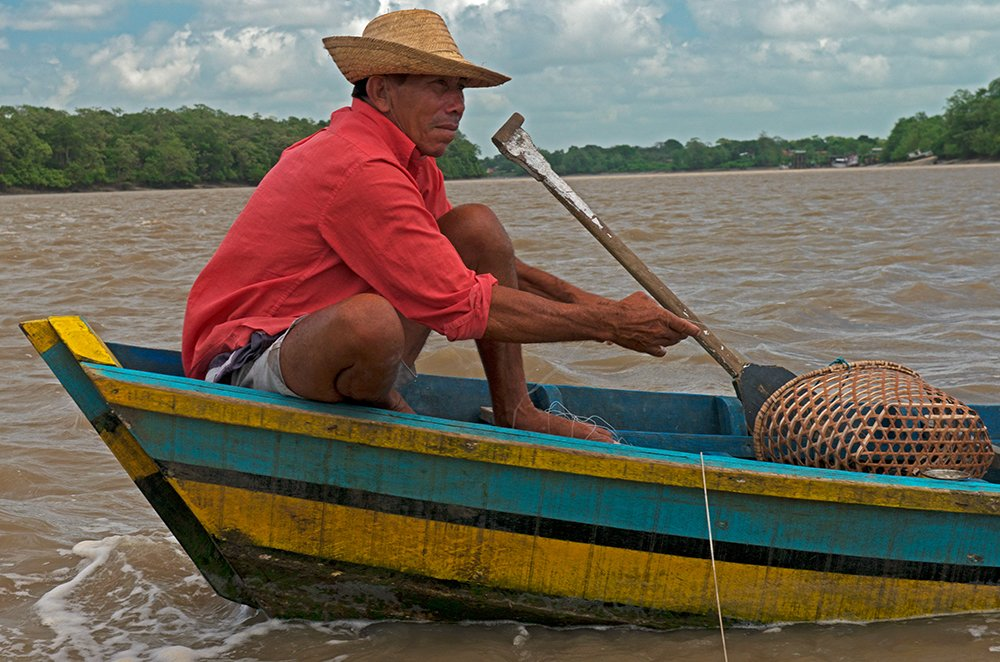 Resex Caeté Taperaçu, imagem de pescador em canoa