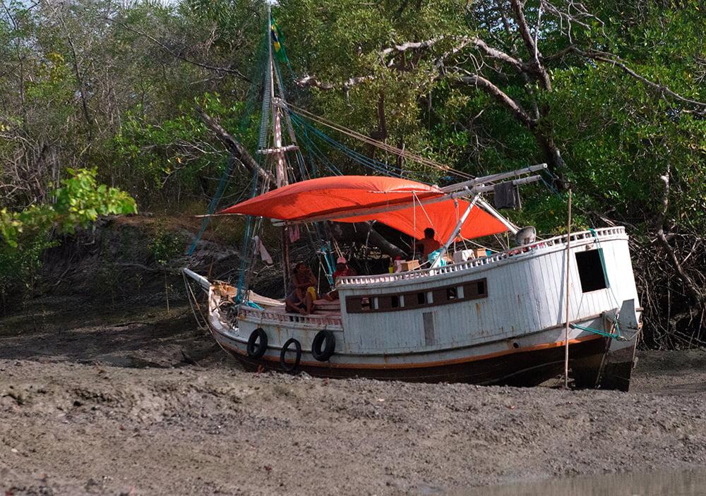 Resex de Cururupu, imagem de-bote-proa-de-risco encalhado