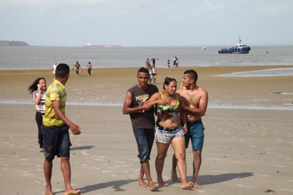 barco afunda, imagem de náufragos sendo ajudados na praia