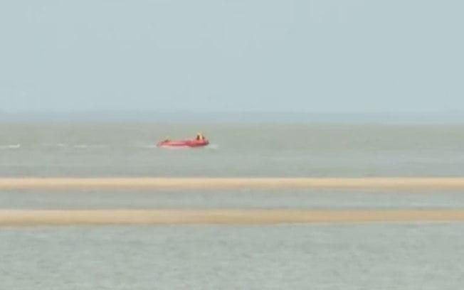 barco afunda, imagem do Bote do corpo de bombeiros trabalhando no salvamento.