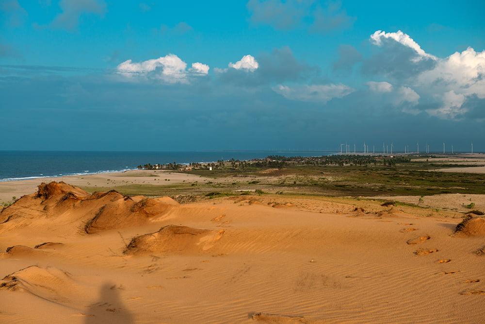 litoral, energia eólica, paisagem do litoral do ceará com torres eólicas