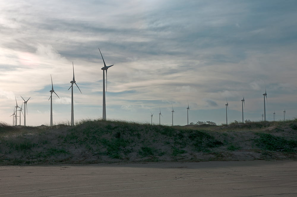 litoral, energia eólica, paisagem do litoral com torres eólicas