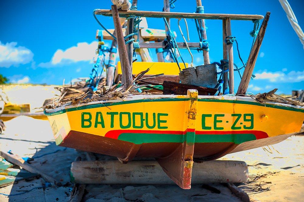 especulação imobiliária, imagem de jangada na praia do batoque, ceará