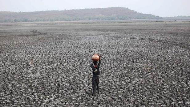El Ninho devastador semeia caos, foto de solo árido provocado por el ninho