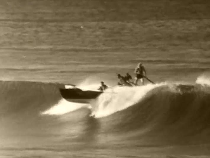Surfando com barco a remo, imagem de 1938 mostra barco pegando onda