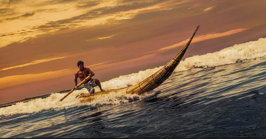 Surpreendente história do surf, imagem do barco caballito de tutora surrando