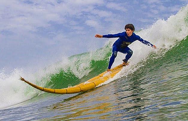 Surpreendente história do surf, imagem de peruno surfando com caballito de tutora
