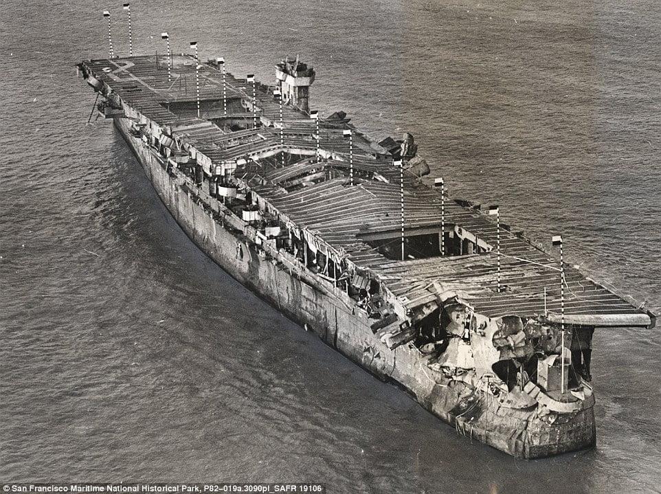 US Independence, imagem do navio US Independence após a primeira explosão em julho de 1946