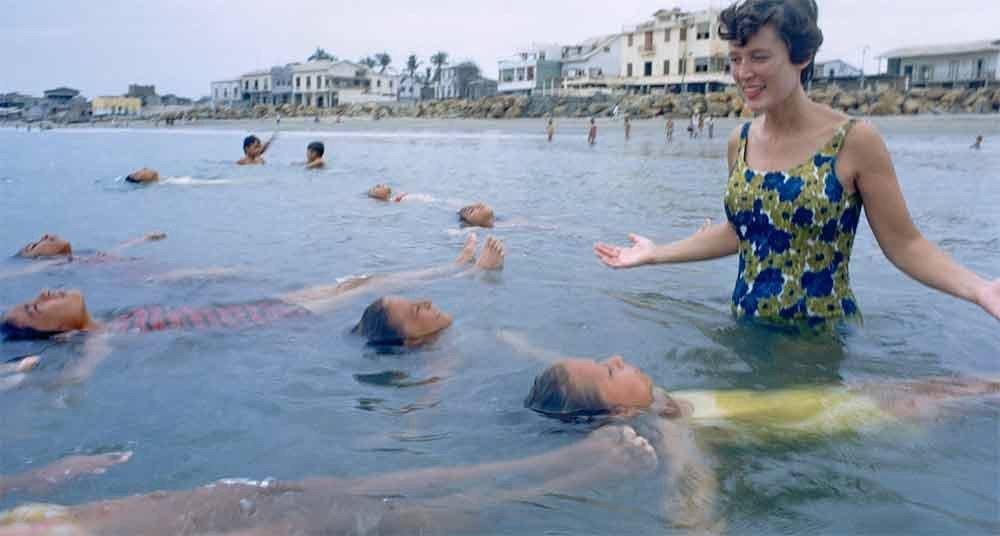 Fotos incríveis no mar, imagem de crianças boiando no mar