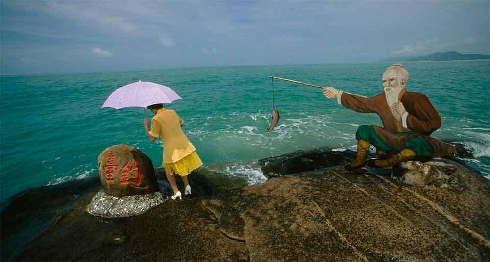 Fotos incríveis no mar, imagem de mulher com guarda chuva na costa
