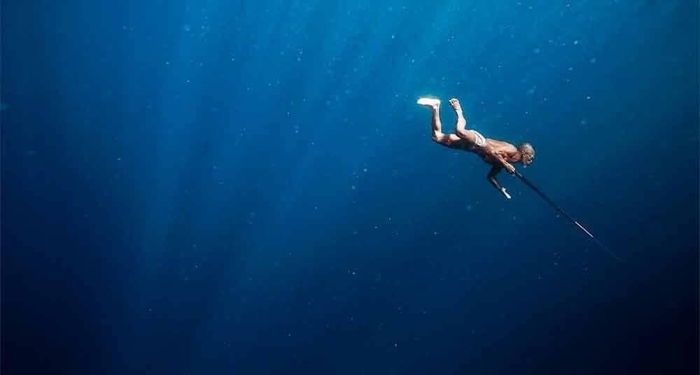 Fotos incríveis no mar, imagem de mergulhador no mar profundo