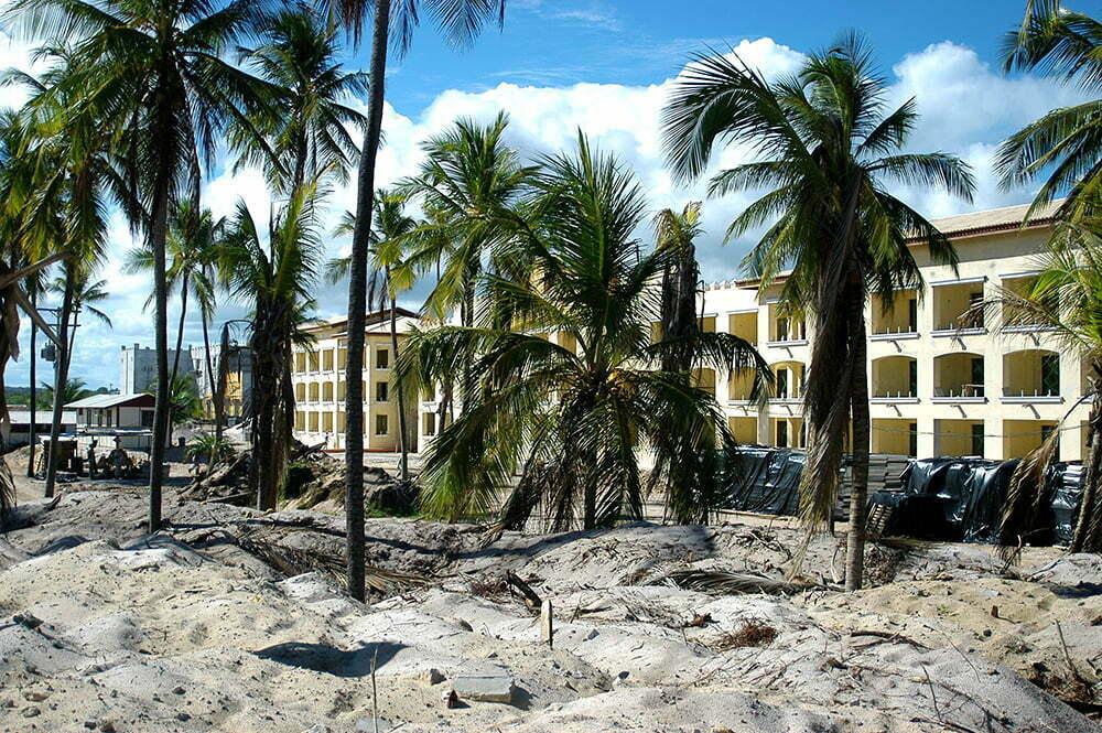 Costa brasileira, os dez maiores absurdos, image de hotel em construção, praia do Forte
