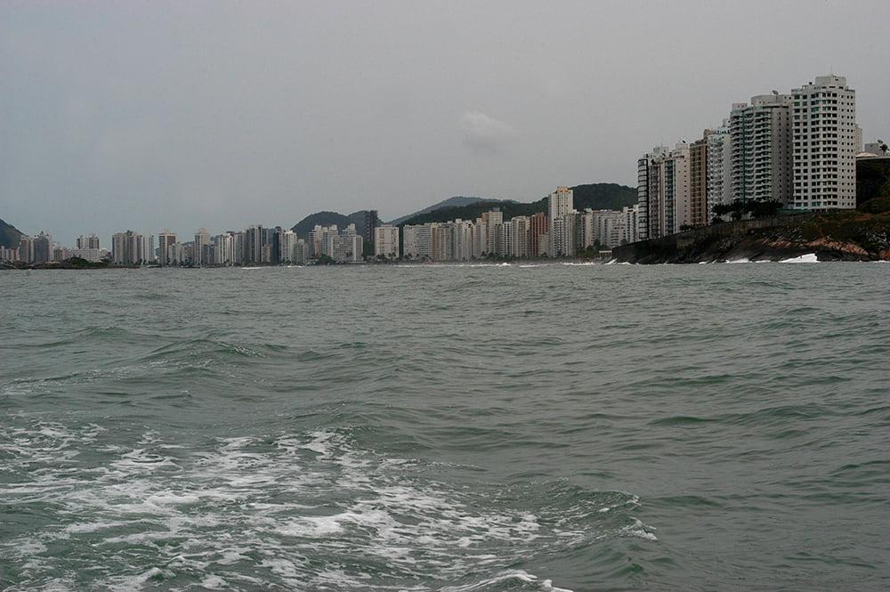 Como destruimos o Guarujá, imagem de uma muralha de prédios numa praia