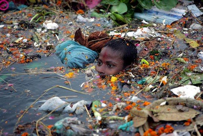imagem de menina nadando em mar cheio de plástico