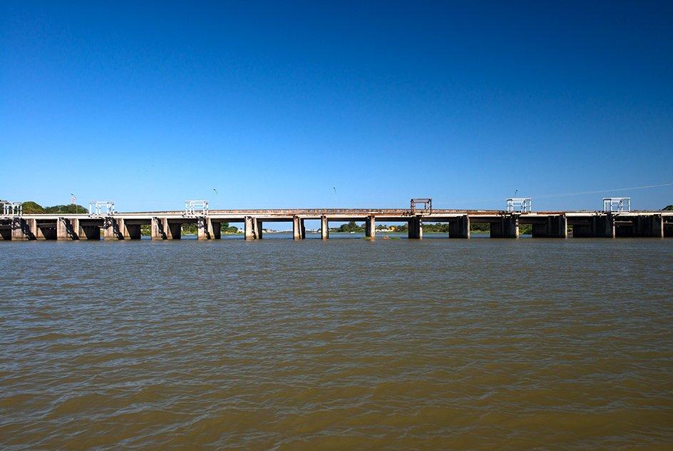 Riscos ao Lagamar , imagem da barragem do Valo Grande, Cananéia, SP