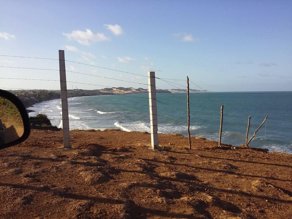 Praias do Rio Grande do Norte, imagem de falesia-ocupada com cerca de arame, RN