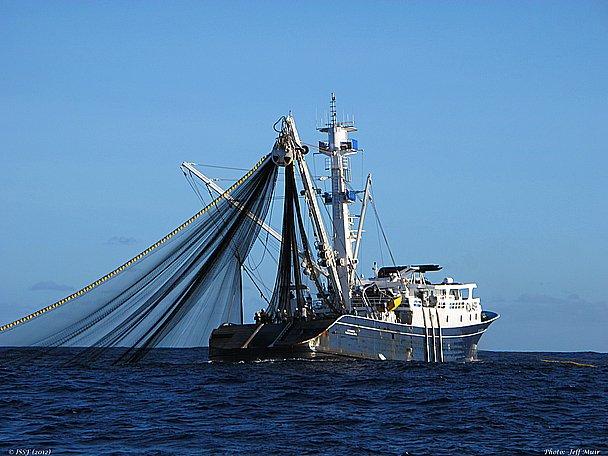 O alto- mar, imagem de barco pesqueiro industrial