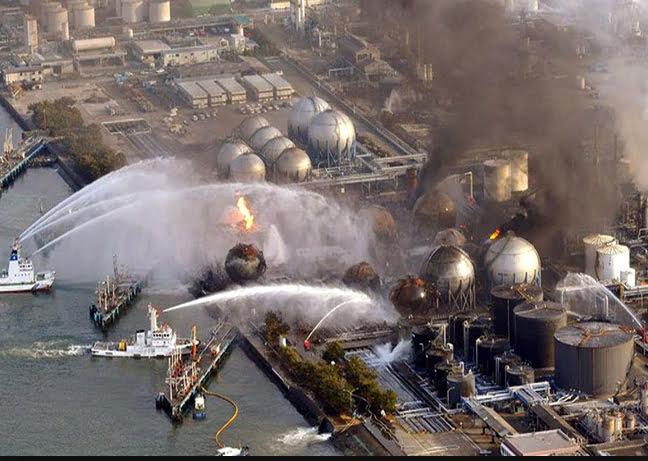 Desastre de Fukushima, imagem de barcos resfriando os reatores de fukushima