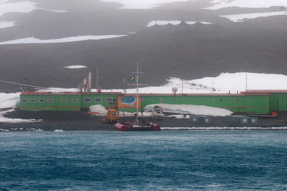 continente antártico, imagem da antiga base Comandante Ferraz na Antártica