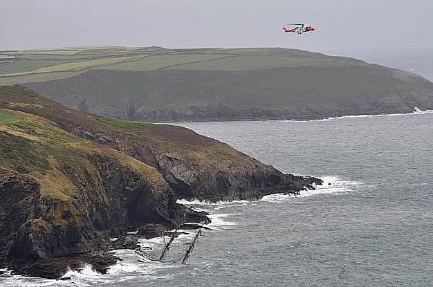 tall ship astrid, imagem de helicóptero resgatando tripulantes do navio astrid