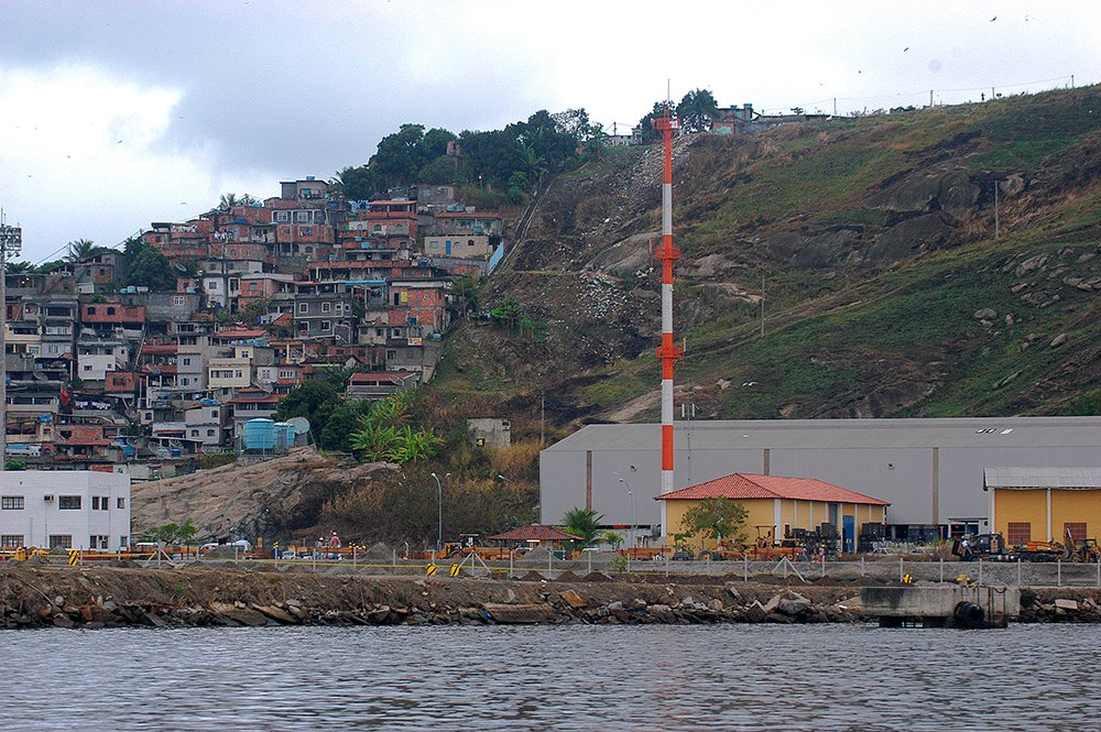 baía de guanabara, imagem de Lixão nas encostas da Baía de Gunabara