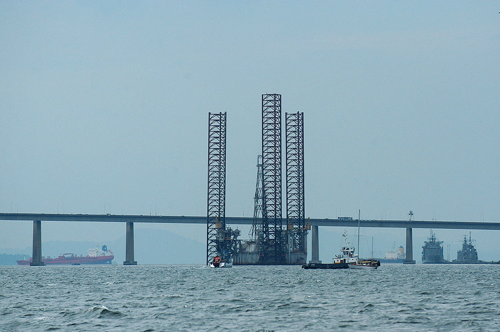 baía de guanabara, imagem de Plataformas de petróleo na baía de Guanabara
