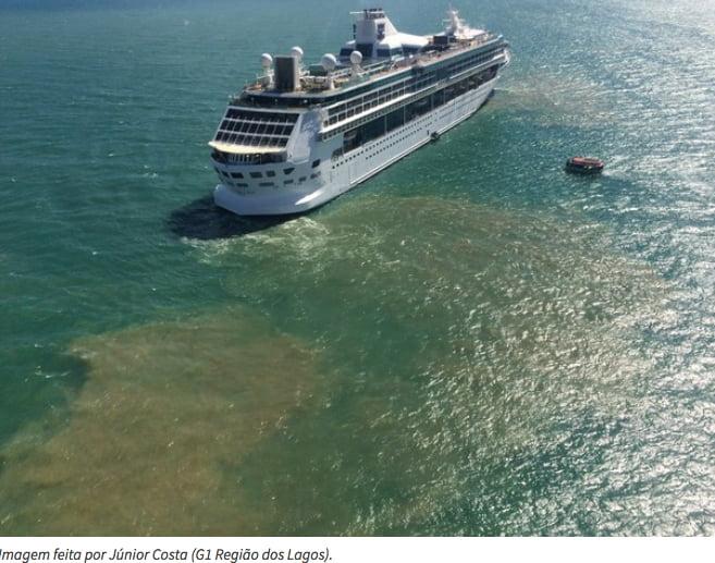 Navios descartam lixo no mar, imagem de navio da MSC com mancha de poluição