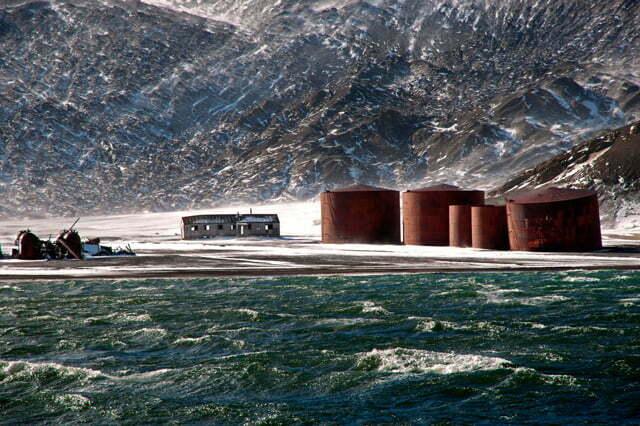 imagem de Tanques para armazenar óleo de baleias quando exploramos Deception