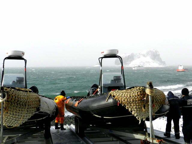 imagem de bote chileno na antártica