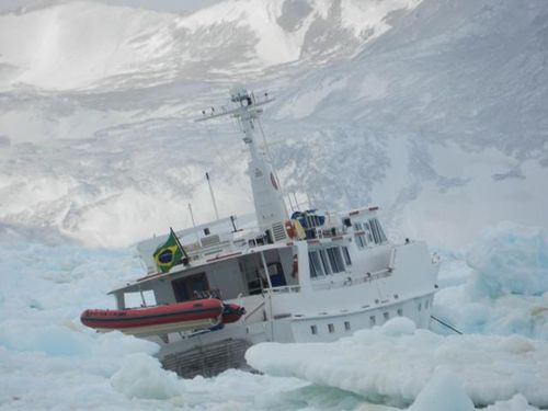 imagem do Mar Sem Fim preso no gelo.