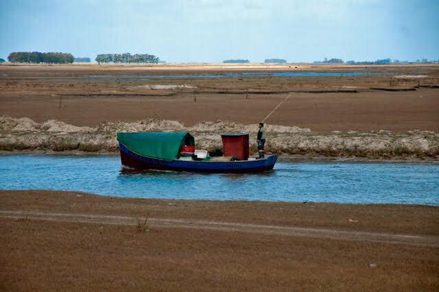 Cena de um caíco, barco típico do Rio Grande do Sul.