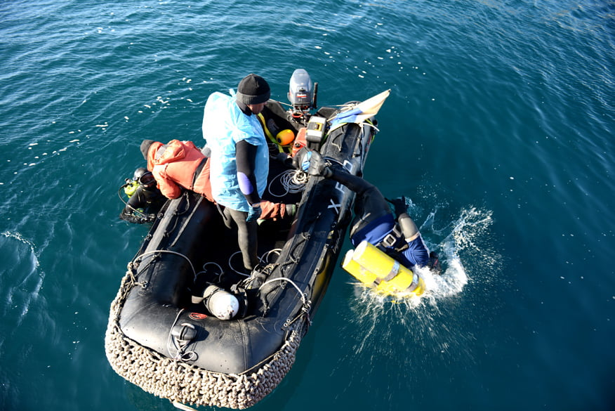 Mergulhadores em operação para resgate do mar sem fim