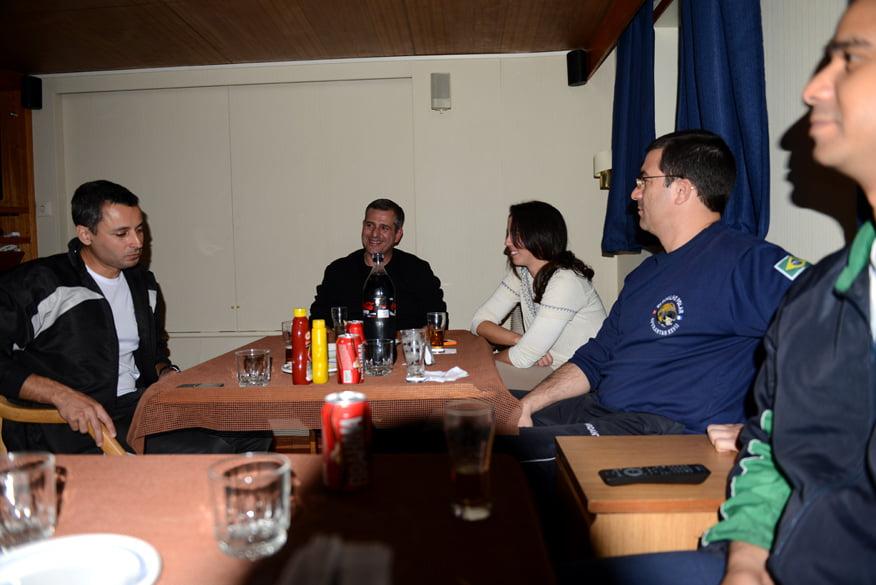 O Comandante Luiz Felipe. De seu lado direito    o Capitao Kristoschek, do direito Fernanda e o imediato.