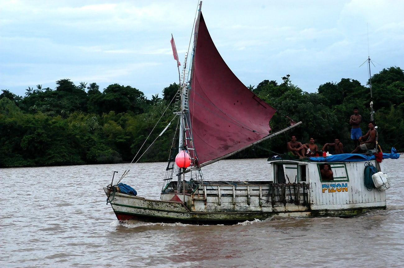 barco pesqueiro no rio Cassiporé