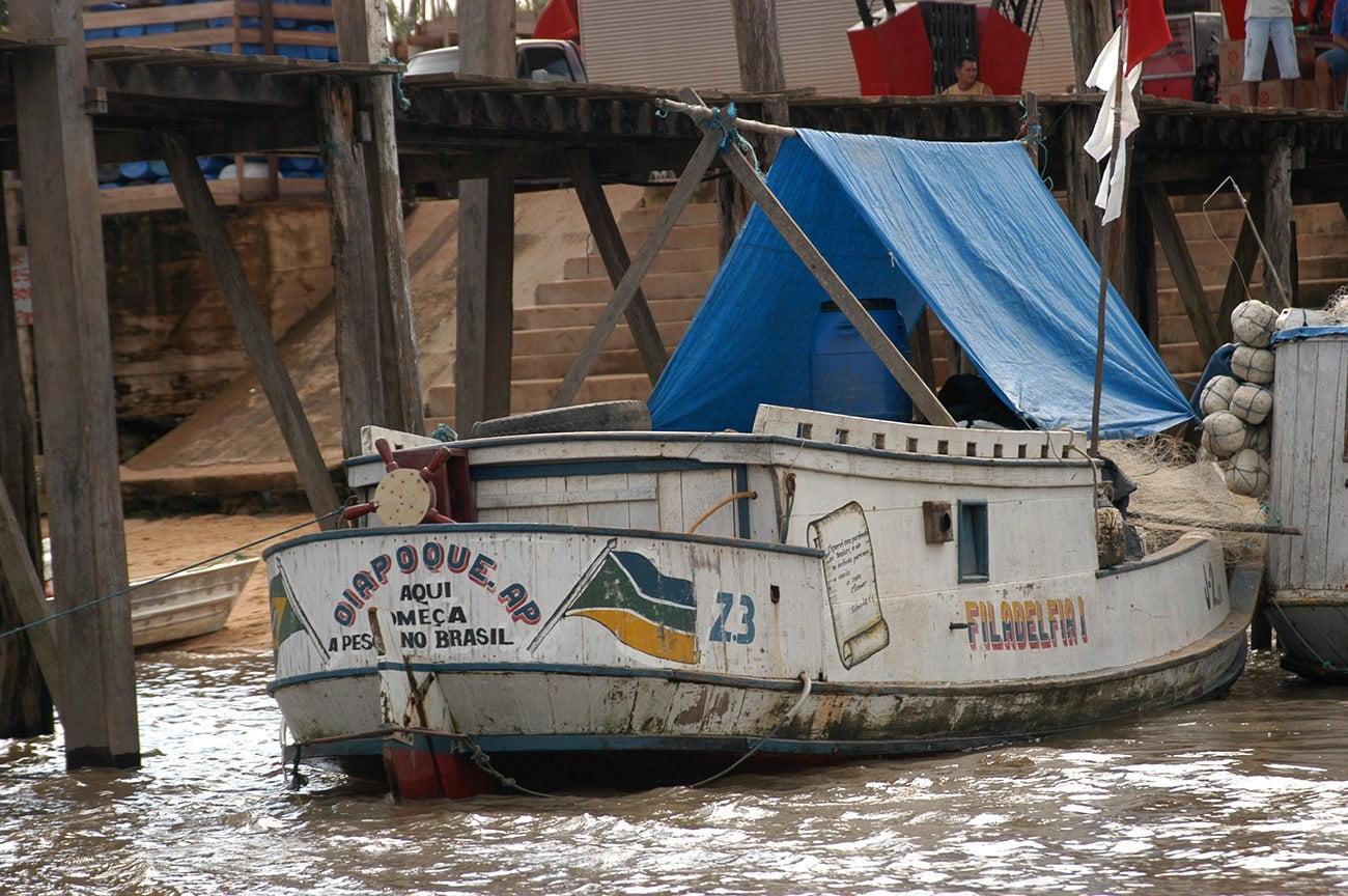 imagem de barco pesqueiro no rio Oiapoque