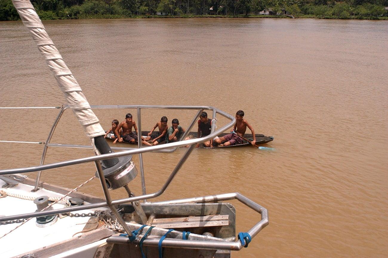 imagem de meninos em canoa